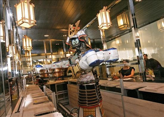 """El primer """"camarero-robot"""" del mundo sirve sushi en Bangkok"""