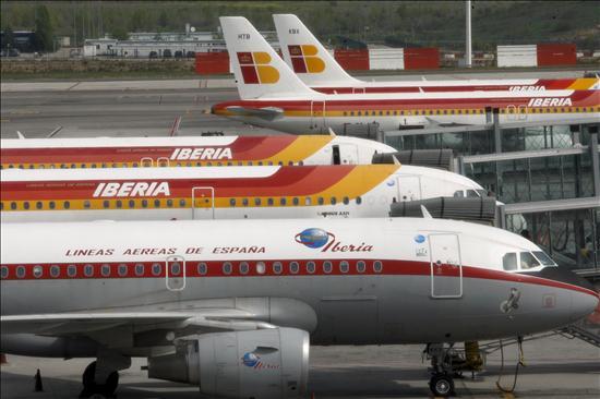 Barajas activa la alerta local ante el regreso de un avión con problema en un motor