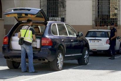 La Policía Nacional retira documentación del interior del Ayuntamiento de Orihuela