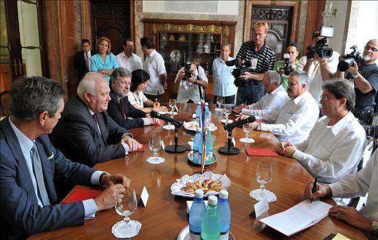 Moratinos se reúne con Gobierno e Iglesia en Cuba y confía en el éxito de su visita