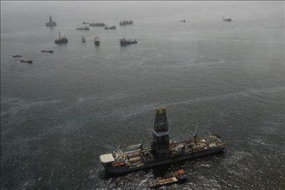Tras cuatro días sin que fluya crudo, BP espera mantener sellado el pozo del Golfo