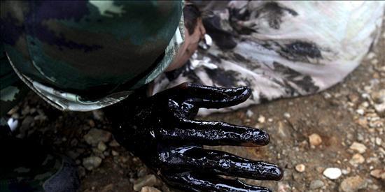 La falta de medios ralentiza la retirada del vertido de petróleo en China