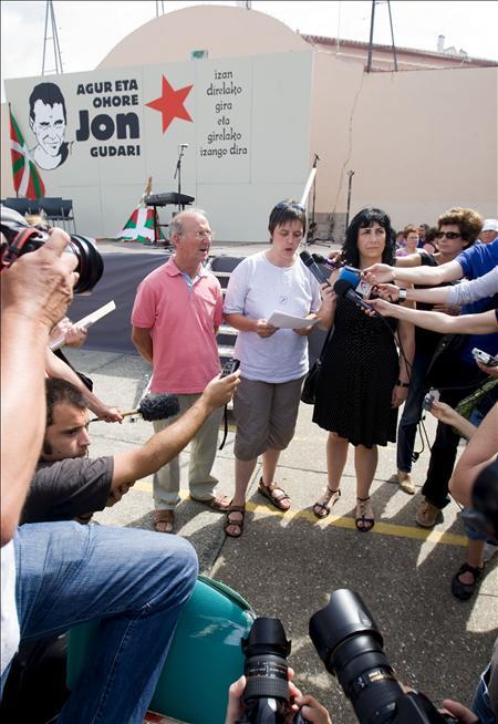 Homenajean a Anza entre gritos en favor de ETA y sin presencia de periodistas