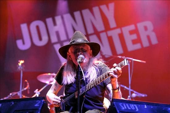 Johnny Winter muestra su lado más genuino a base de rock y blues