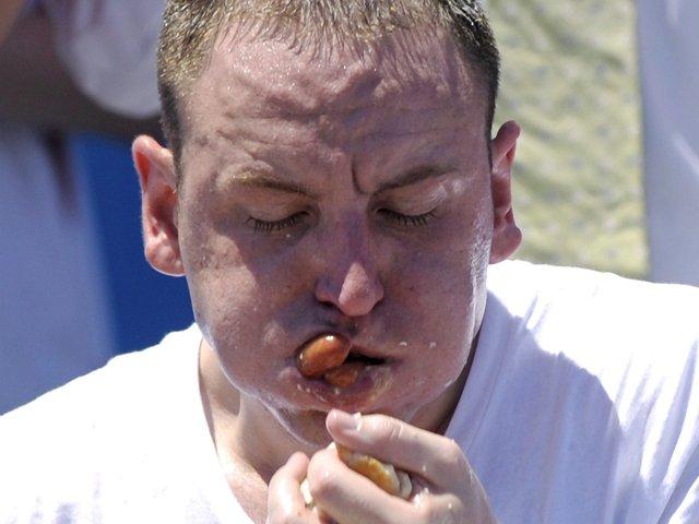 """Un estadounidense se comió 54 """"hot dogs"""" en 10 minutos en Nueva York"""