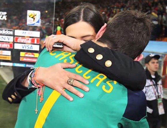 El abrazo de Casillas y Carbonero justo después de la final