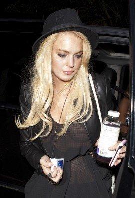 Lindsay Lohan deja entrever sus senos desnudos