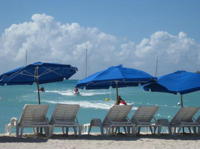 Las sombrillas de playa solo filtran el 34% de la radiación solar