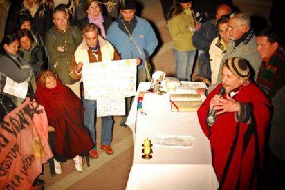 El sacerdote a favor del matrimonio gay celebró misa en la puerta de su parroquia