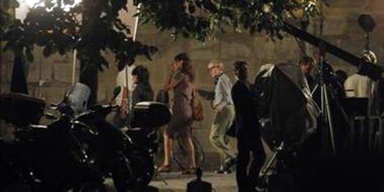 """Sarkozy controla la """"Medianoche en París"""" de Carla Bruni y Woody Allen"""