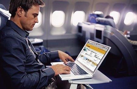 Por qué ahora te dejan usar internet mientras vuelas en avión y antes no te dejaban