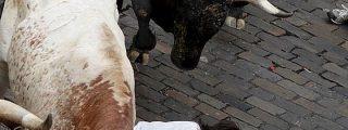 Un toro rezagado cornea a un mozo en los Sanfermines