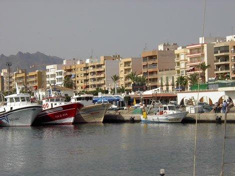Rescatados once varones y una mujer que viajaban en una patera a 25 millas de la costa de Cabo de Gata (Almería)