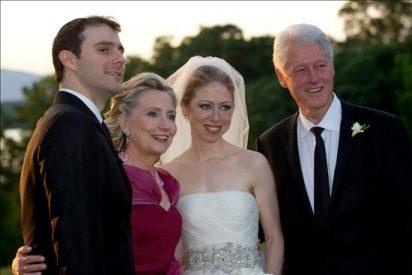 Chelsea iba con un vestido de novia de Vera Wang y Hillary con un De la Renta