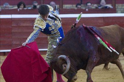 """Triunfan """"El Juli"""" y Perera, empatados a dos orejas en Huelva"""