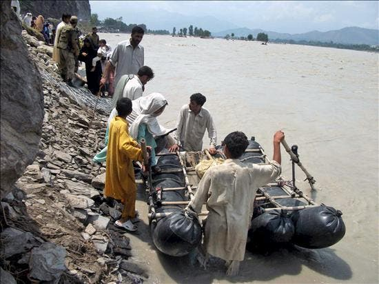 Cientos de miles de afectados por las inundaciones esperan rescate y ayuda en Pakistán