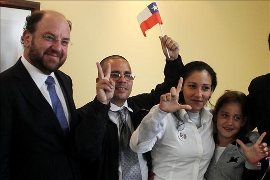 Disidente cubano arremete contra Castro y Chávez a su llegada a Chile
