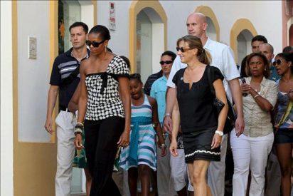Michelle Obama cena con vino tinto y de Málaga en un patio andaluz