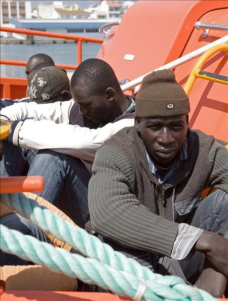 Rescatados frente a Tarifa siete subsaharianos en una lancha de juguete