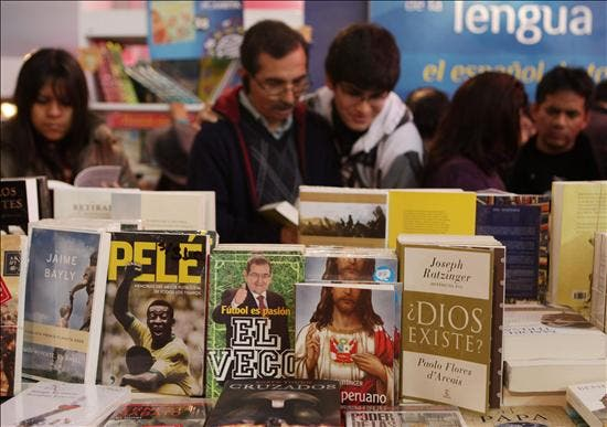 El libro crece, pese a todo, en la feria de Lima