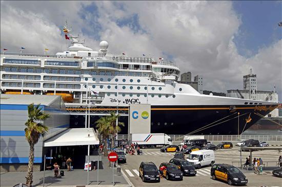 Los 16 ocupantes de una patera recogidos por un crucero desembarcan en Barcelona