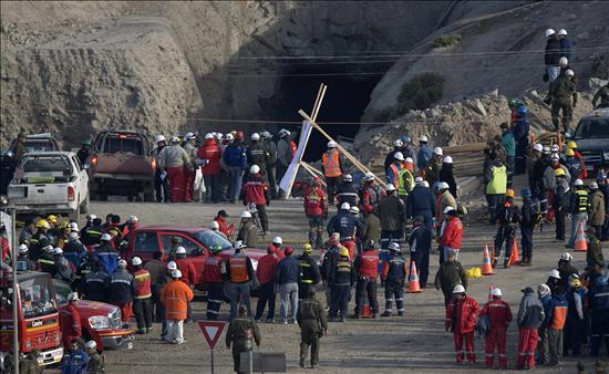 Los rescatadores despejan el camino e intentarán contactar con los mineros atrapados