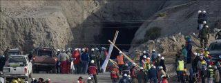 Un derrumbe obliga a los socorristas a retroceder y complica el rescate de los mineros