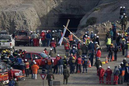 Derrumbe en la única vía acceso a los mineros atrapados crea desazón en los familiares