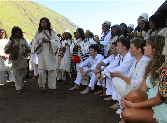 Santos recibe el bastón de mando en un ritual indígena en la sierra colombiana