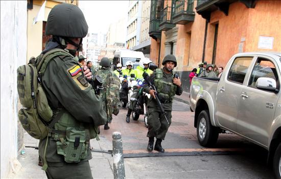 Extrema seguridad y lluvia en Bogotá preceden la investidura de Santos