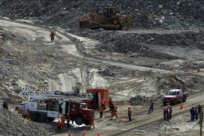 Piñera anuncia que máquinas están casi a la mitad de distancia de los mineros