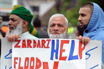 Zardari vuelve a un Pakistán inundado tras su criticada ausencia de una semana