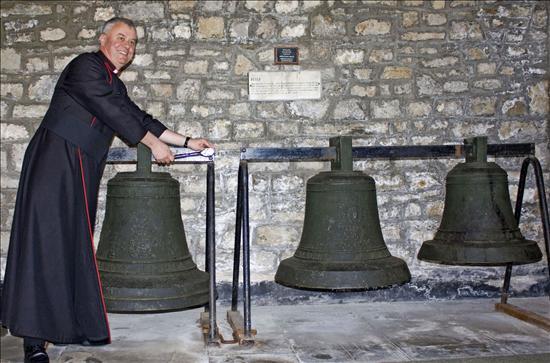 Las campanas que sobrevivieron a un incendio en Santiago volverán de Gales a Chile