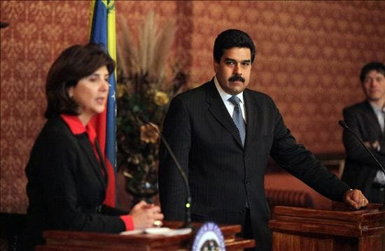 """Hay optimismo """"moderado"""" ante la cita entre Chávez y Santos, según la canciller colombiana"""
