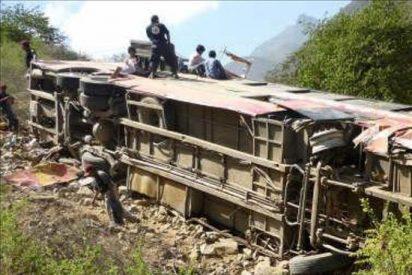 Al menos 14 muertos y 20 heridos deja un accidente de tráfico en una ruta de La Paz