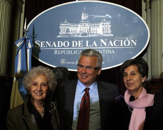 Baltasar Garzón y la senadora Isabel Allende apoyan la candidatura al Nobel de la Paz de las Abuelas de Plaza de Mayo
