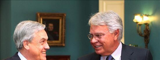 El presidente chileno recibe a Felipe González en La Moneda