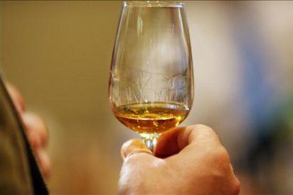 Logran abrir caja de whisky escocés enterrado hace un siglo bajo la Antártida