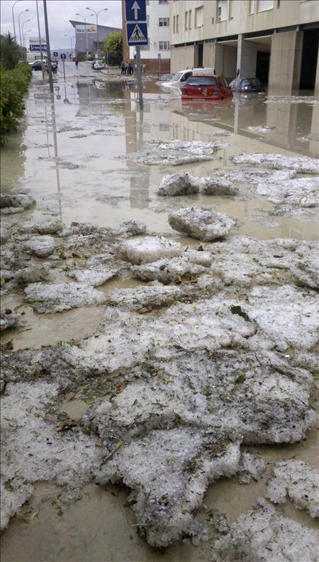 Fuerte tromba de granizo provoca inundaciones y daños materiales en Cuenca