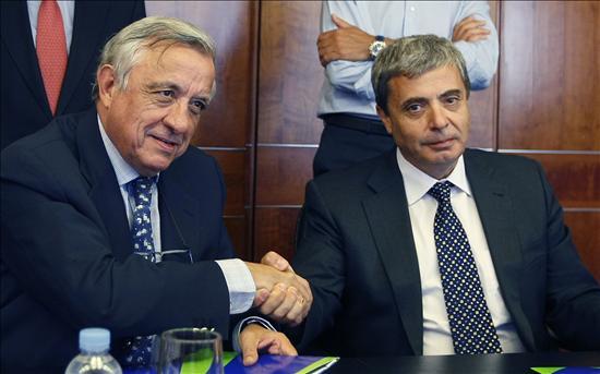 Controladores y AENA firman un acuerdo base que garantiza la paz social