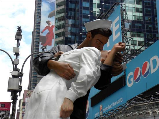 Nueva York erige una estatua del beso en el Times Square tras la II Guerra Mundial