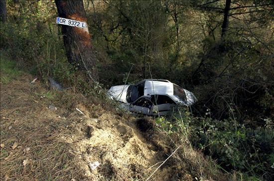 Un muerto y cuatro heridos muy graves tras volcar su coche en Ourense