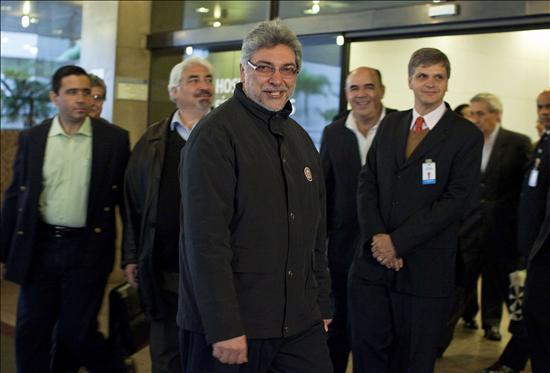 Fernando Lugo retorna a Paraguay después de iniciar su quimioterapia en Brasil