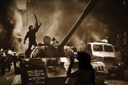 Las fotografías de Koudelka, testimonio excepcional de la invasión de Praga
