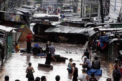 Un aguacero causa dos muertos y abre un gran boquete en un bulevar de Tegucigalpa