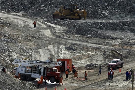 Las perforadoras se topan con una roca de 700 mil toneladas y paralizan el rescate