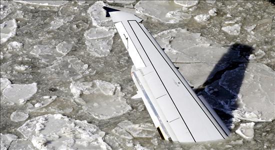 Un muerto y 34 heridos en un avión alcanzado por un rayo
