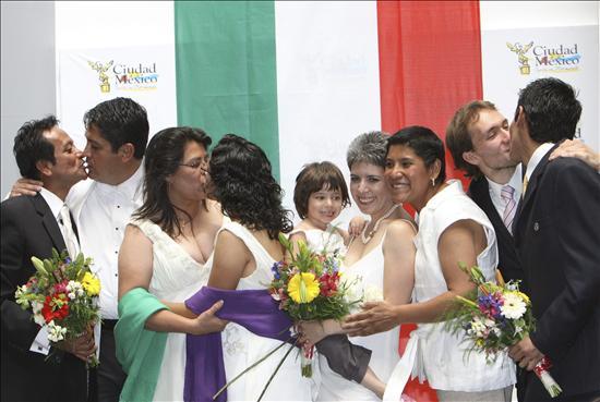 El Supremo mexicano avala que las parejas del mismo sexo adopten a menores