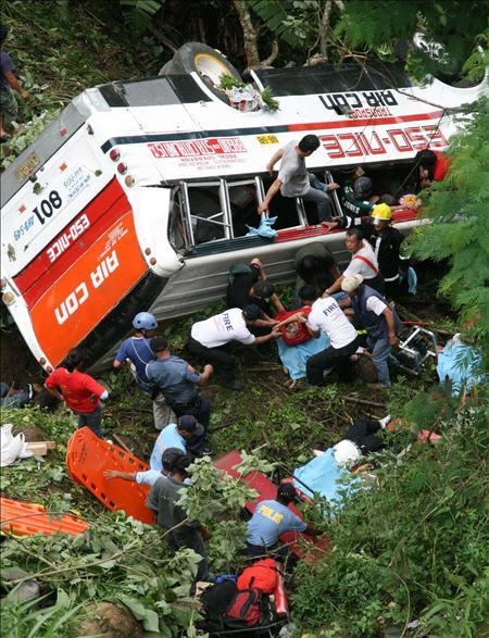 Elevan a 40 los muertos en un accidente de autobús al norte de Filipinas