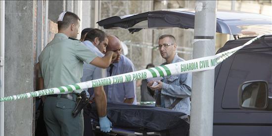 Velázquez impone la Cruz del Mérito de la Guardia Civil al agente fallecido en un atraco